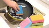 """الغذاء والدواء : 4 أشياء أحذر فعلها مع """"إسفنجة المطبخ"""""""