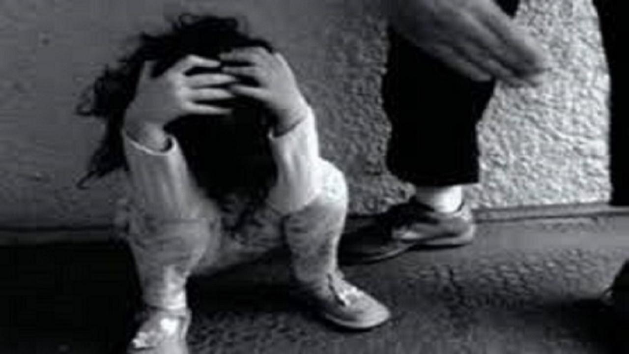 رجل يعتدي على ابنته بالضرب حتى الموت