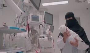 بالفيديو .. قصة قابلة تروي أبرز لحظات عاشتها في غرفة الولادة