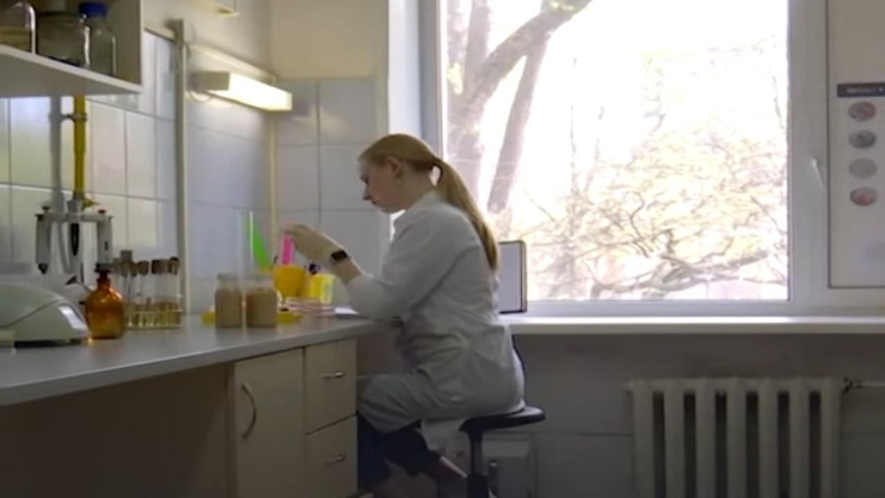 بالفيديو.. لقاح جديد مضاد لفيروس كورونا يشبه الحليب بالفراولة