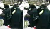 بالفيديو.. امرأة تسرق محفظة من حقيبة أخرى داخل محل ذهب