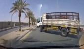 بالفيديو.. قائد دينا يصدم مركبة بعد قطعه للطريق بصورة مفاجئة ويهرب
