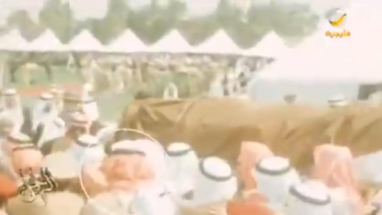 بالفيديو.. لماذا خرج الشيخ سلطان بن قرملة عن البروتوكول في جنازة الملك فيصل؟