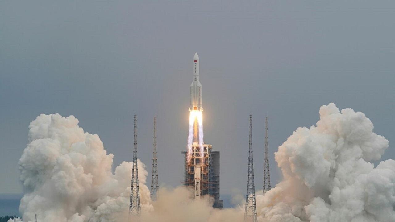 الصين تفقد السيطرة على صاروخ ضخم أطلقته للفضاء وتوقعات بسقوطه على الأرض