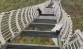 رجل يُترك متدليا من جسر بعد تحطم أرضيته الزجاجية
