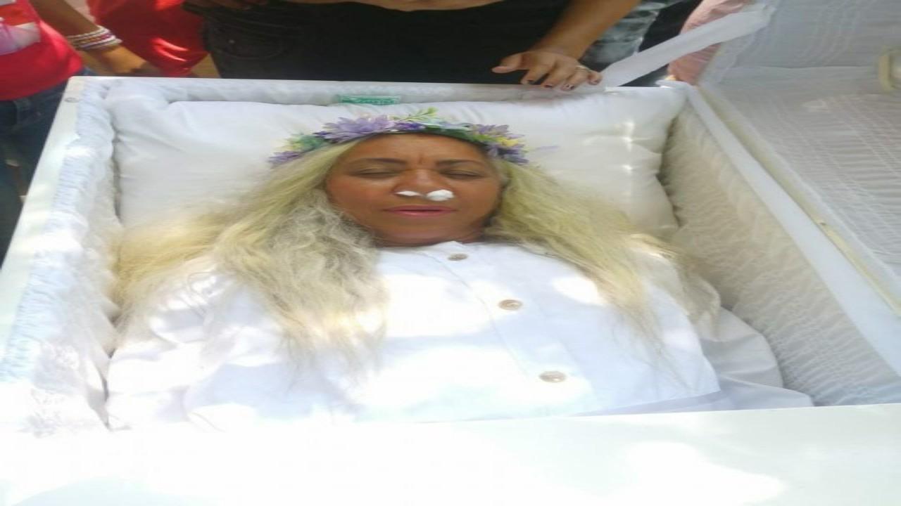 سيدة تجري جنازة تدريبية لنفسها لسبب غريب