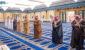بالفيديو.. ولي العهد يؤدي صلاة الميت على والدة الأمير محمد بن عبدالرحمن