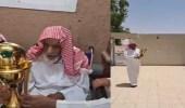 بالفيديو.. رئيس الفيصلي يزور عمه ويقدم له كأس الملك