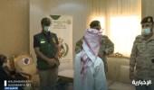 بالفيديو.. التحالف يسلم الحكومة اليمنية طفلًا جنده الحوثيين للقتال