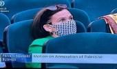 صور..نواب إيرلنديون بكمامات على شكل الكوفية الفلسطيني يطالبون بطرد السفير الإسرائيلي
