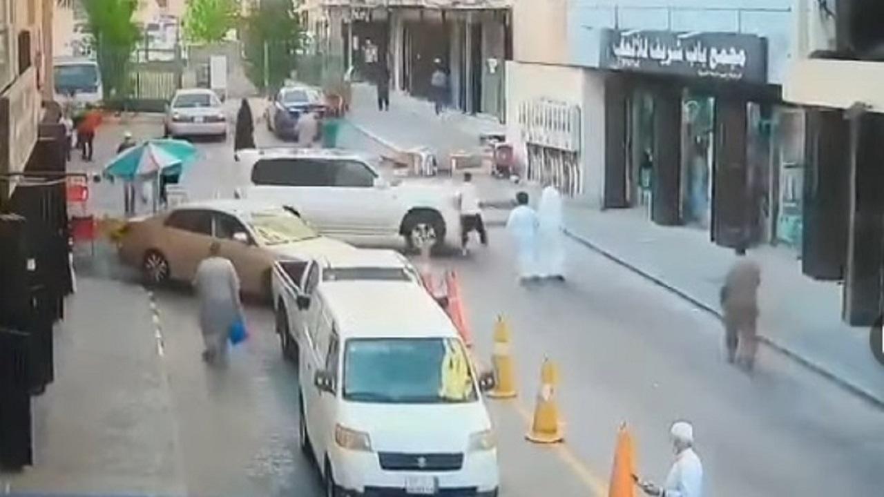بالفيديو.. سيارة تقتحم محل ألعاب في جدة بطريقة مروعة