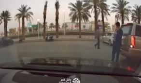 بالفيديو.. خطر الجوال كاد أن يتسبب في حادثة