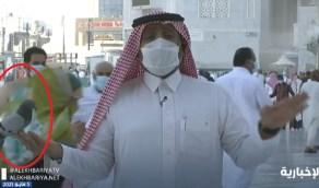 شاهد..حمامة تحط على يد مراسل الإخبارية في سلام ببيت الله الحرام