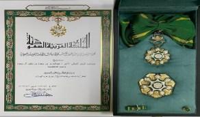 منح وزير الداخلية وشاح الملك عبدالعزيز