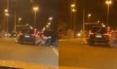 بالفيديو.. لحظة اندلاع مضاربة جماعية عنيفة وسط طريق عام بالكويت