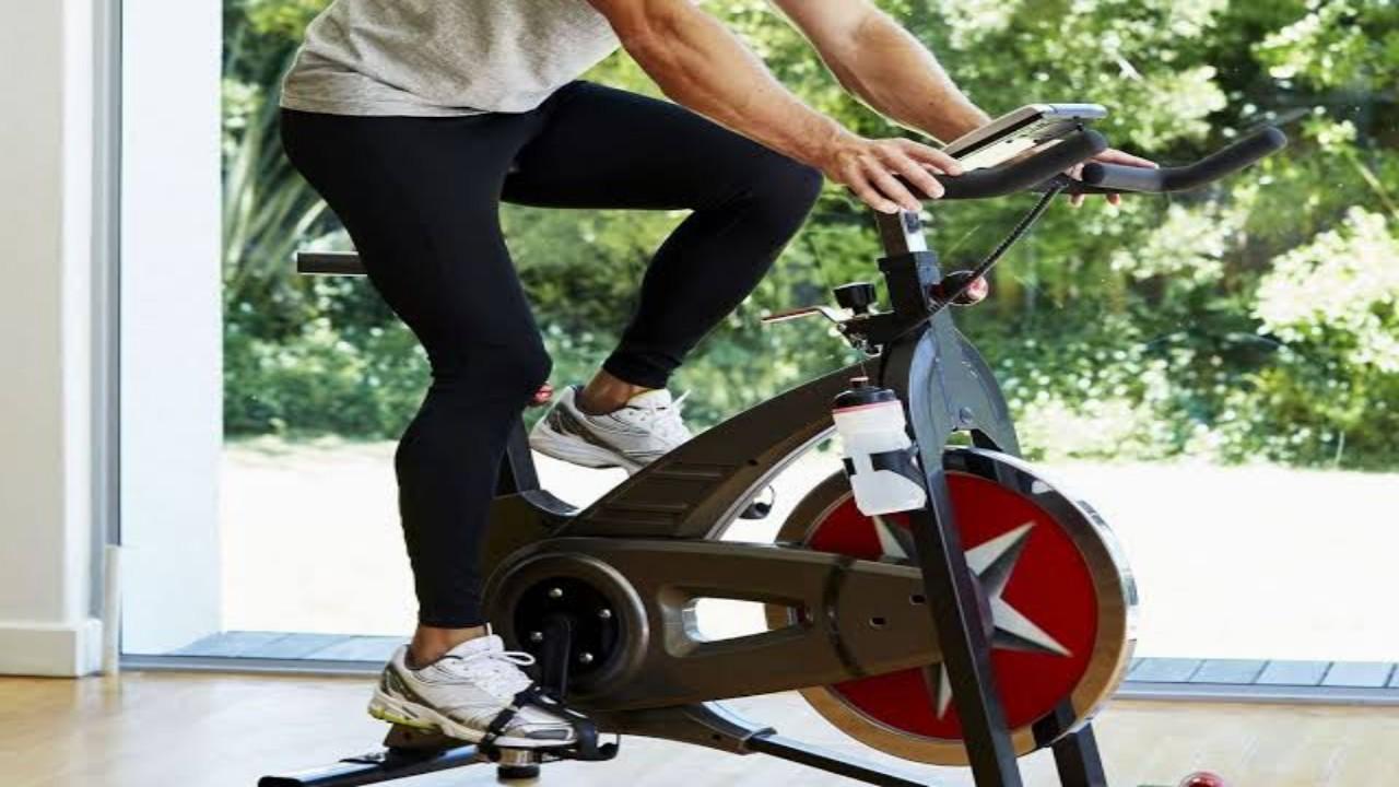 كيفية الاستفادة من تمرين الدراجة الهوائية الثابتة في المنزل