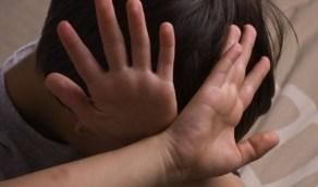 طفل يتعرض للعنف من أسرته و«العنف الأسري» يتفاعل