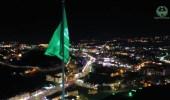 شاهد.. العلم السعودي يرفرف على أطول سارية بالباحة احتفالاً بالعيد
