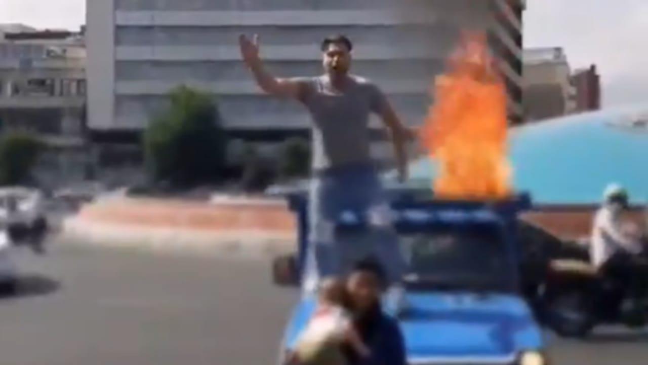 بالفيديو.. شاب إيراني يشعل النيران وسط طهران ويسب خامنئي