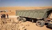 القبض على 7 مخالفين يقومون بنقل الرمال وتجريف التربة بدون تصريح في المدينة