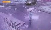 شاهد.. لحظة سقوط أمطار من نار على المارة بالشارع