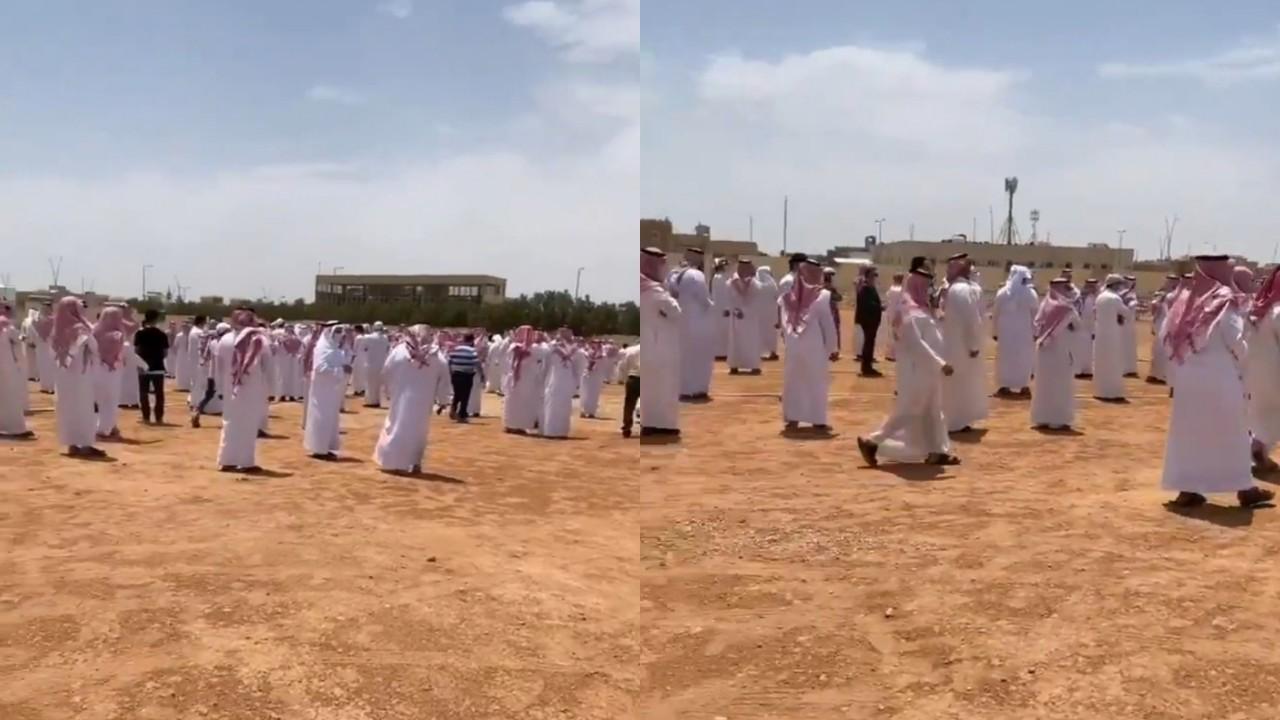 بالفيديو.. الجموع يشيعون جثمان الناقد الرياضي عادل التويجري