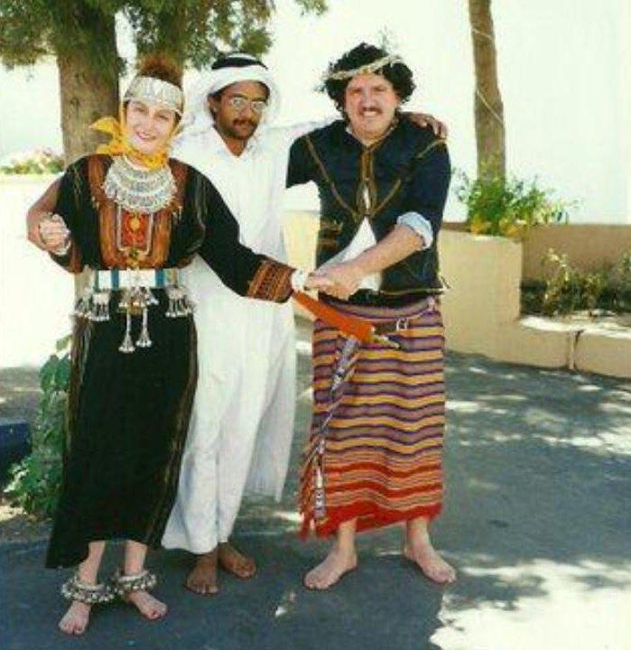 سائح أجنبي وزوجته يرتديان الزي الجنوبي