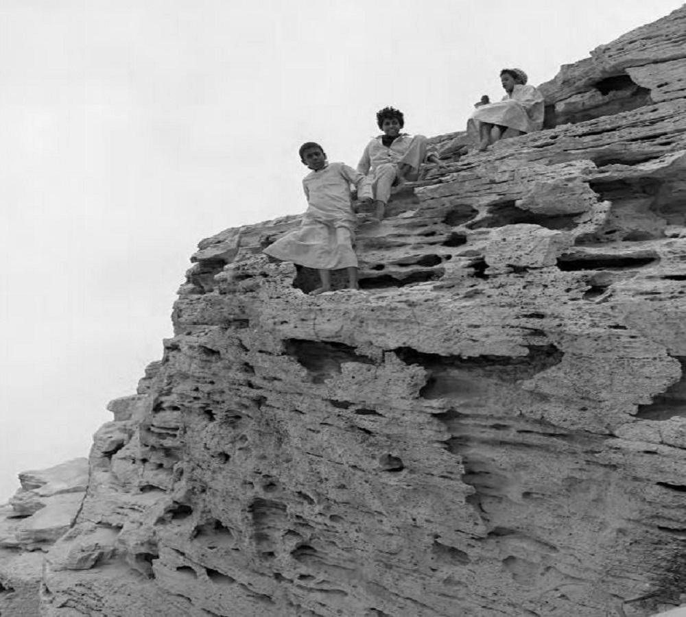 أطفال يتسلقون جبل المريكبات بالدمام قبل 45 عام