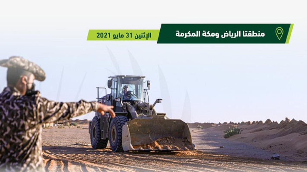 ضبط مخالفين لنظام البيئة يقومون بنقل الرمال وتجريف التربة