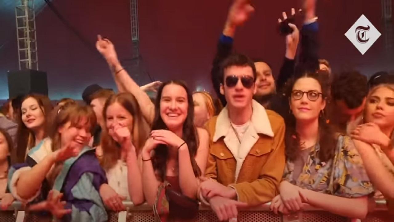بالفيديو.. احتشاد الآلاف لحضور حفل موسيقي بإنجلترا دون ارتداء الكمامة