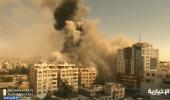 """بالفيديو.. انهيار برج """"الجلاء"""" في غزة بعد استهدافه بـ 4 صواريخ إسرائيلية"""