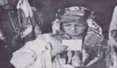بالفيديو.. هدوء الملك فيصل عند رؤية صورته لأول مرة في صغره