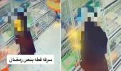 """بالفيديو.. امرأة تسرق """"قطة"""" من داخل محل لبيع الحيوانات"""