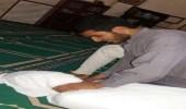 صورة لشخص يخنق آخر ملفوف في كفن داخل مسجد تشعل الغضب