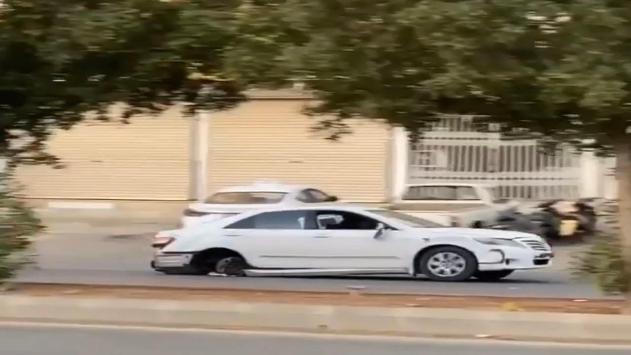بالصور .. القبض على مُفحط قاد سيارته بدون إطارات خلفية في الرياض