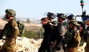 قوات الاحتلال تعتقل 7 فلسطينيين بينهم صحفي من محافظة الخليل