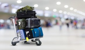 آلية التعويض الذي يُلزم به الناقل الجوي في حال تسبب في تأخير أمتعة العميل