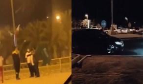 شاهد.. البحرينيون يستقبلون السعوديين بالأعلام بعد فتح الحدود البرية