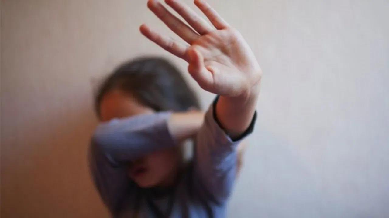 معلم يعتدي جنسيًا على طالبة بالمرحلة الابتدائية