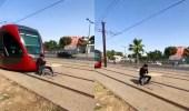 بالفيديو.. شاب يجلس بطريقة خطيرة على كرسي أمام القطار