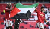 """بالفيديو.. بوجبا وديالو يرفعون علم فلسطين بملعب """" أولد ترافورد """""""