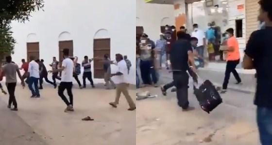 شاهد.. مضاربة عنيفة بنهار رمضان بين عمالة آسيوية في الهفوف