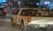 قائد مركبة يحمل أشخاصا في صندوق السيارة.. و«المرور» يتفاعل