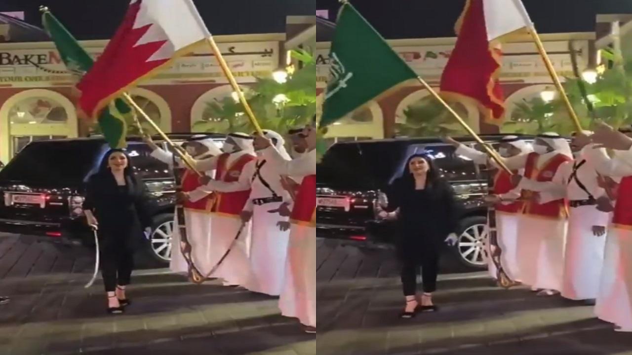 فيديو..المهرة البحرينية ترقص العرضة ترحيبًا بالسعوديين