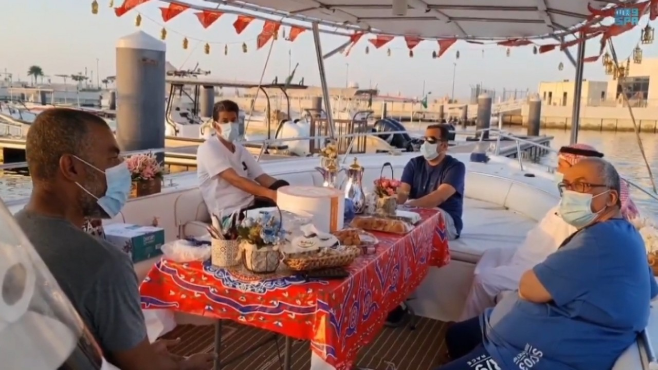 بالفيديو.. أهالي الجبيل الصناعية يكسرون الروتين بالإفطار على متن القوارب
