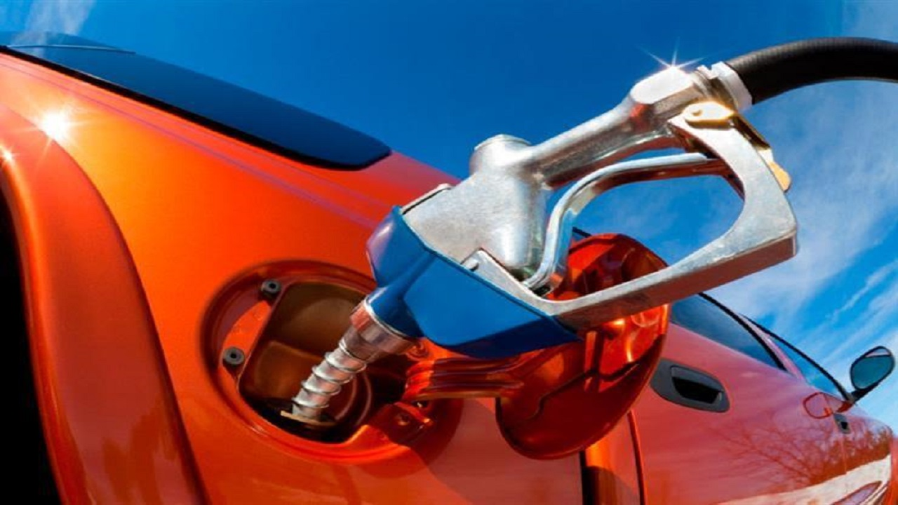 الكشف عن تأثير ملء تعبئة خزان الوقود بالكامل على السيارة في الصيف