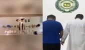 بالفيديو.. الإطاحة بمواطنين ظهرا في مقاطع فيديو أثناء ترويجهما مواد مخدرة