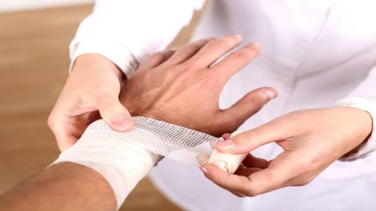 زوج يطالب بتعويض من زوجته بعدما أحرقت يده بكوب شاي
