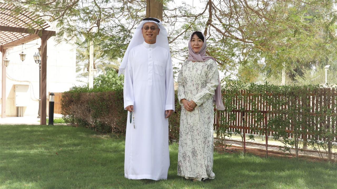 """السفير الياباني وزوجته بالزي السعودي: """"إحنا أحلى اليوم"""""""