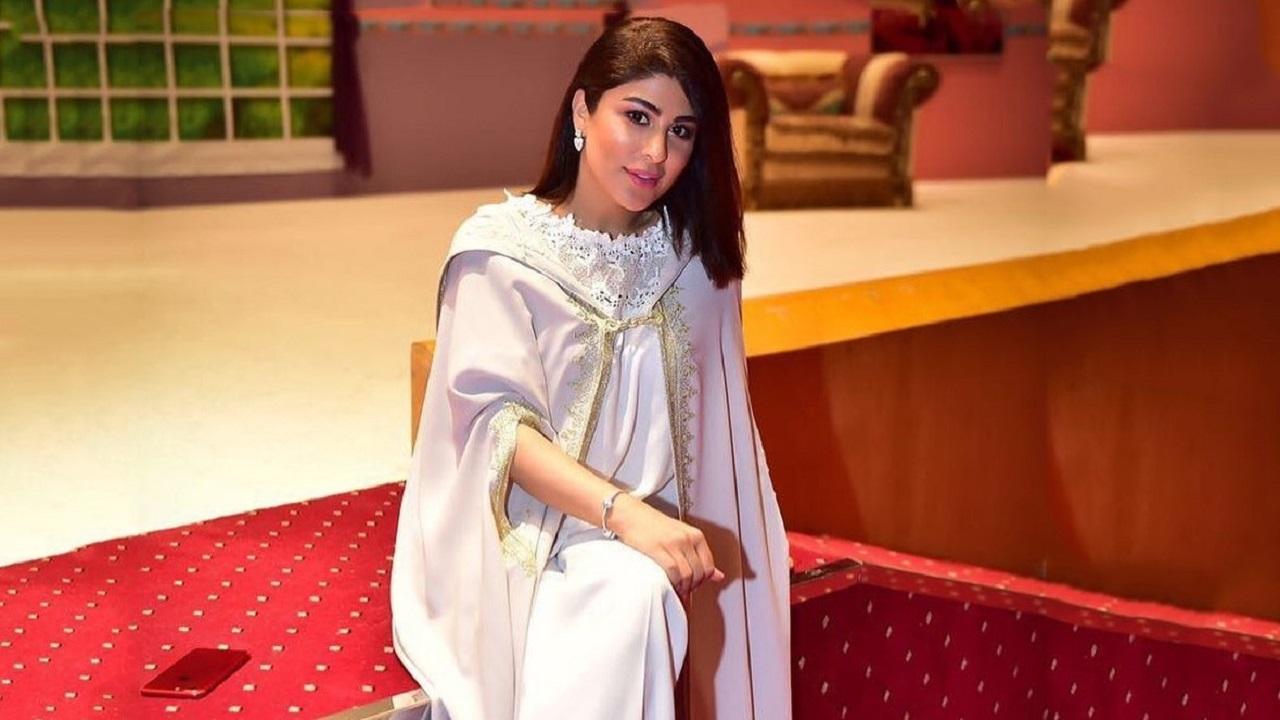 زارا البلوشي ترد بسخرية على متابعة تمنت رجوعها لباكستان